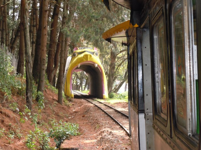 Toy Tain Tunnel